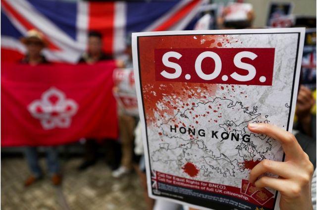 """示威請願者要求英國政府承認""""一國兩制""""受到破壞,以及推動英國給予香港人國籍。"""
