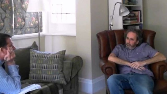 Ian Stewart interrogado por la policía en su casa.