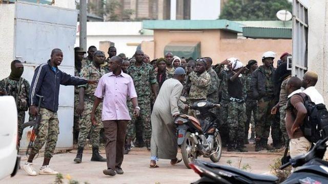 Samedi, des militaires en colère avaient cependant empêché le ministre et sa délégation de quitter la résidence du sous-préfet pendant plus de deux heures.