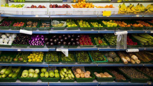 Frutas y verduras en un supermercado