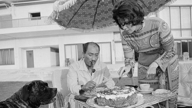 تناول الرئيس المصري أنور السادات وزوجته جيهان كعكة وشاي في منزل صيفي بالإسكندرية في 29 يوليو 1972.