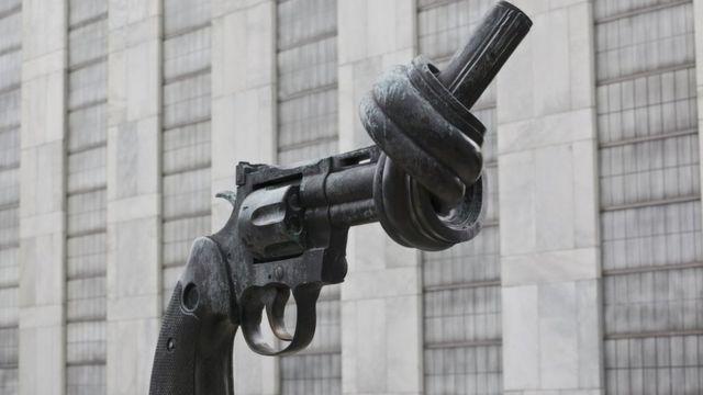 "Скульптура ""Нет насилию"" перед штаб-квартирой ООН"