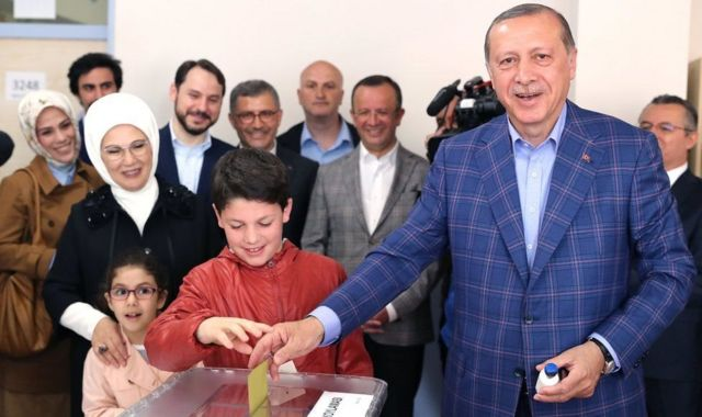 Ердоган голосує на реферндумі