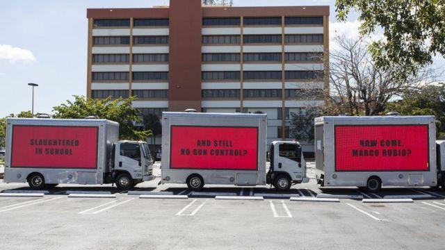 """Политические активисты обыграли идею фильма """"Три билборда на границе Эббинга, Миссури"""", чтобы обратиться к сенатору от штата Флорида Марко Рубио"""
