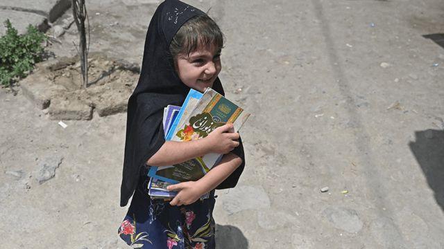 دختر کتاب به دست در کابل