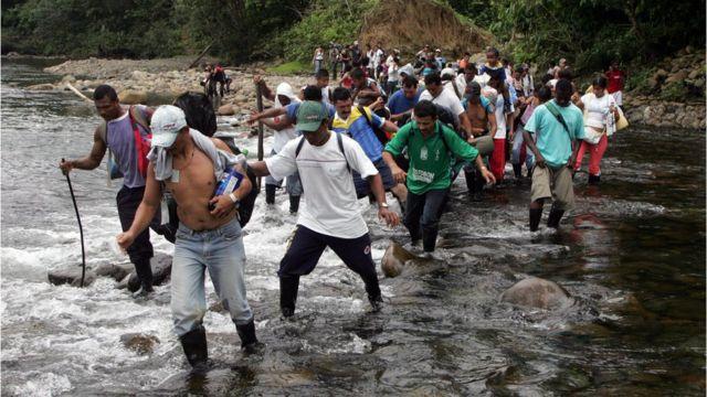Campesinos colombianos cruzan a Ecuador para protestar por los programas de erradicación aérea con glifosato.