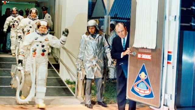 اپولو 8 کے خلاباز باہر نکلتے ہوئے