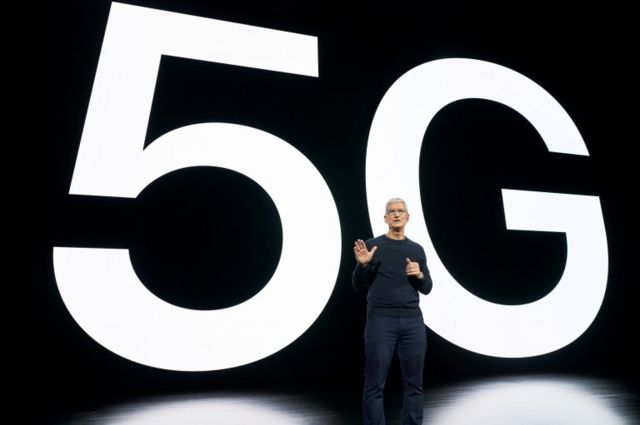Tim Cook presentando el iPhone 12