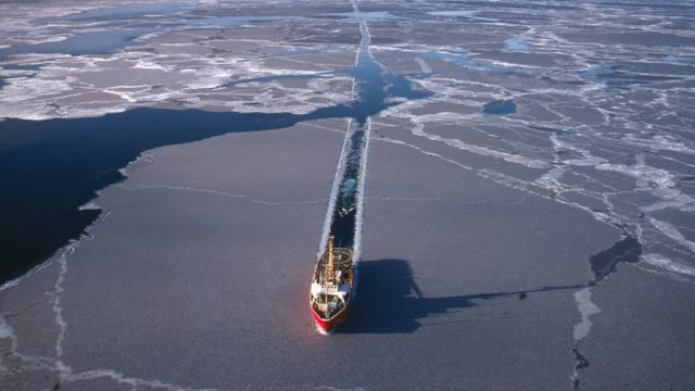 Un barco atraviesa el hielo en el Ártico