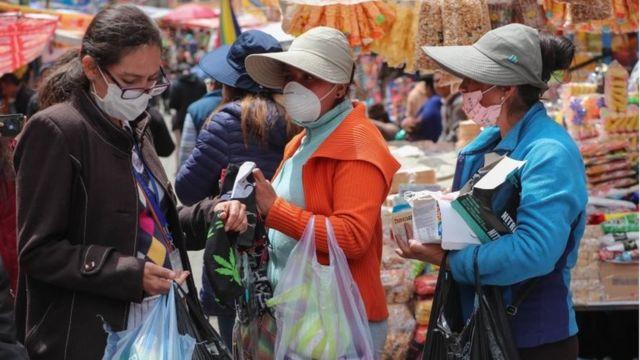 Pessoas com máscaras na Bolívia
