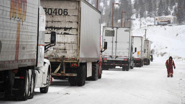 Caminhões parados na neve em Denver, nos Estados Unidos