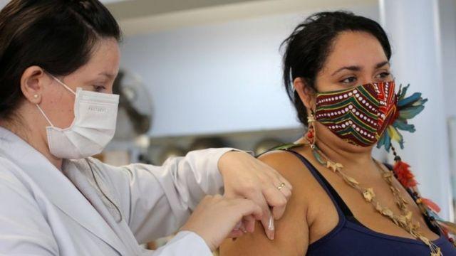 Mulher é vacinada