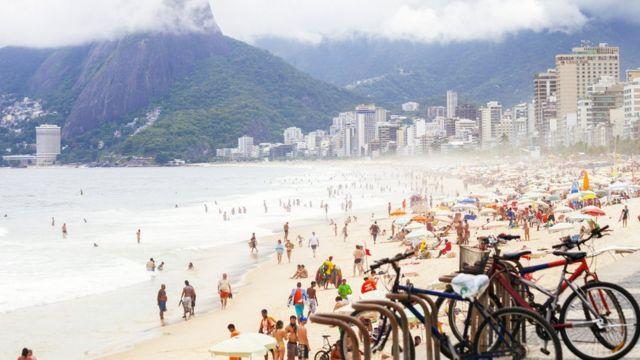 Bicicletas e pessoas na praia de Ipanema, no Rio