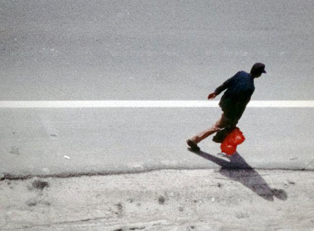 رجل يمشي على جانب الطريق