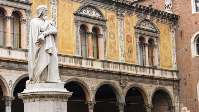 Una estatua en una ciudad italiana