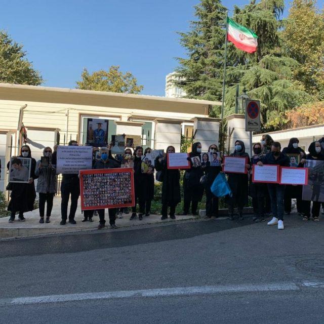 تجمع خانواده ها مقابل موسسه مطالعات سیاسی و بین المللی، جایی که مقامات ایران و اوکراین در حال مذاکرهاند