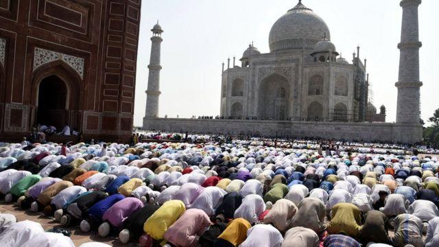 Cientos de musulmanes rezan en el Taj Mahal.
