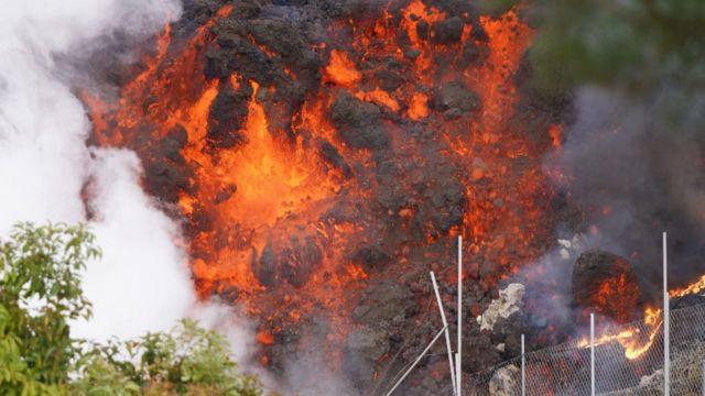 Magma enrojecido del volcán en La Palma.
