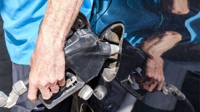 Homem abastecendo carro