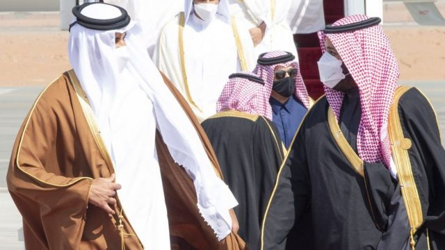 Qatar's Emir Sheikh Tamim bin Hamad Al Thani is greeted by Saudi Crown Prince Mohammed bin Salman on arrival in al-Ula, Saudi Arabia (5 January 2021)