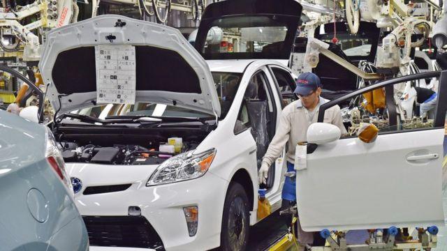 自動車、電車、航空機の製造業者は、低水準の神戸製鋼製品を自社製品が使用しているか確認している
