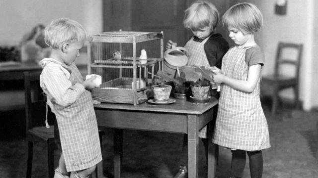 Niños trabajando bajo la enseñanza Montessori.