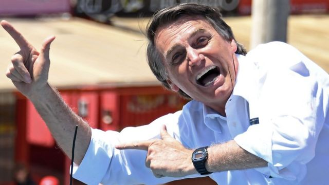 Bolsonaro kendisiyle özdeşleşen silah şeklindeki el işaretiyle tanınıyor.