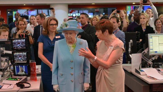 Fran Unsworth, 2013'te İngiltere Kraliçesi 2. Elizabeth'e BBC'nin yeni binası hakkında bilgi vermişti