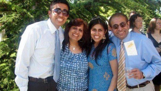 اپنے والدین اور چھوٹے بھائی کے ہمراہ تصویر
