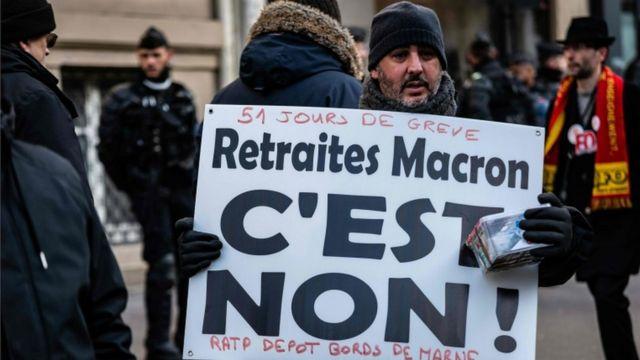 """• روی یکی از پلاکاردها در پاریس نوشته شده: """" نه به قوانین بازنشستگی مکرون """""""
