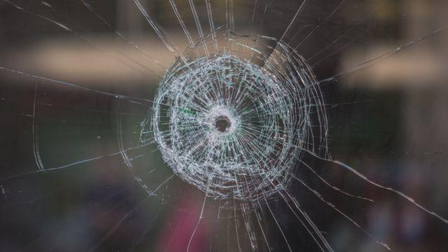 Vidro perfurado por bala.
