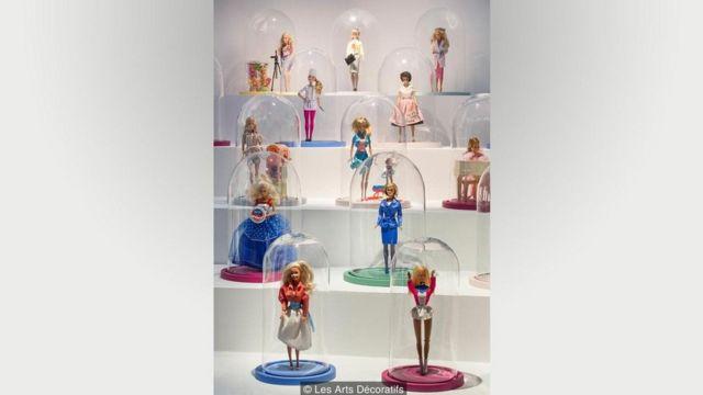 Vitrine em exposição sobre Barbie
