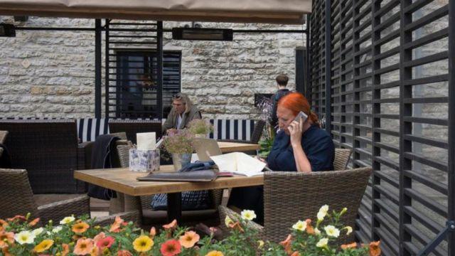 Mulher trabalha em um café