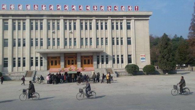 સાઇકલ પર જતા ઉત્તર કોરિયાના લોકોની તસવીર