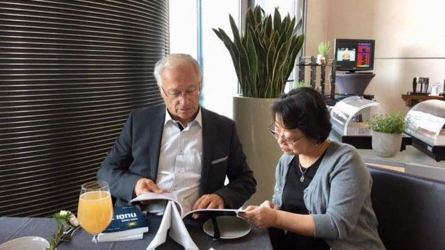 Ông Martin Patzelt, một nghị sỹ Đức đang đọc sách của Nhà xuất bản Tự Do.