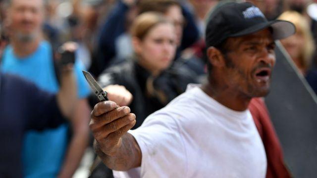 一名在加州遊行的示威者拿著刀子。