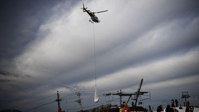 Разгрузка снега с вертолета в окрестностях Люшон-Сюпербаньер