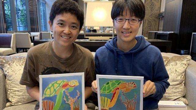 7월에 쿠알라룸푸르 여행에서 현지 염색기법 체험으로 색칠한 그림을 들고 찍은 사진. 둘은 햄스터와 거북이를 키운다