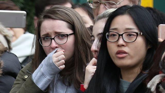 Dos mujeres en el funeral de Hawking