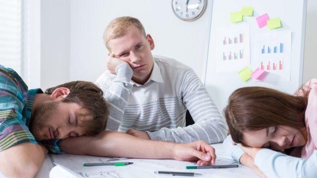 Unas personas agotadas