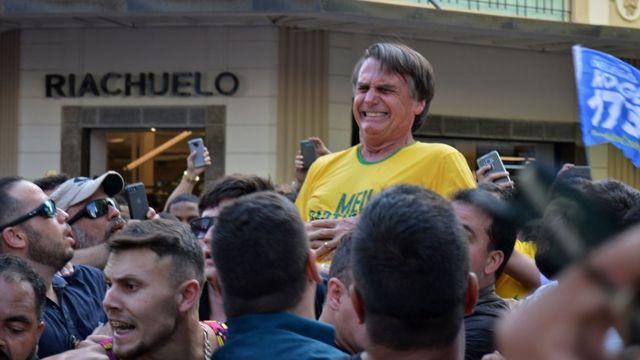Bolsonaro é atacado em comício