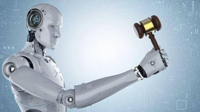 Un robot sostiene el martillo de un juez