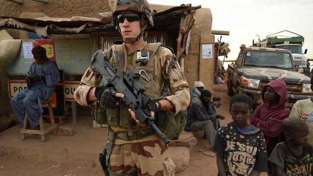 Soldado francés, rodeado de niños en Mali.