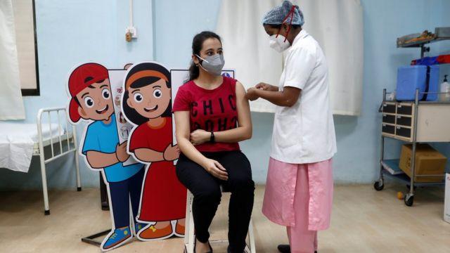 印度青年人口中只有少数幸运儿得以在周末接种牛津—阿斯利康疫苗。(photo:BBC)