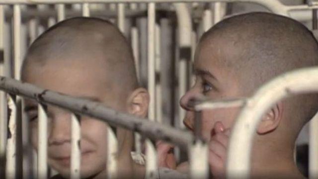 Anak-anak ini dikurung di dalam kandang seperti hewan liar.