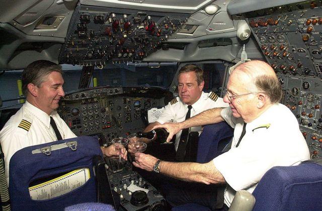 Dos pilotos y un ingeniero de vuelo conversan