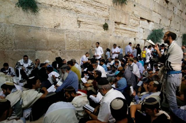 اليهود عند حائط البراق (حائط المبكى) جنوب المسجد الأقصى في القدس