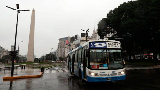 """Un """"colectivo"""" pasa cerca del Obelisco en Buenos Aires."""