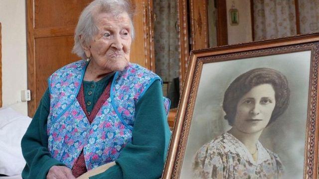 Emma Morano mira un cuadro de ella en la juventud