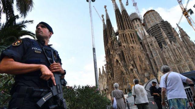 Un policía frente a la catedral de la Sagrada Familia en Barcelona